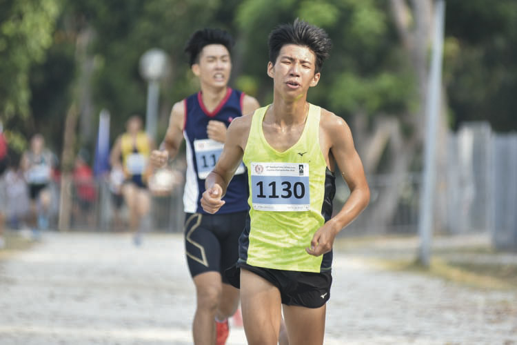 Timothy Liau Ke Qin (#1130) of Victoria Junior College came in ninth with a timing of 17:17 in the A Division Boys. (Photo © Eileen Chew/Red Sports)