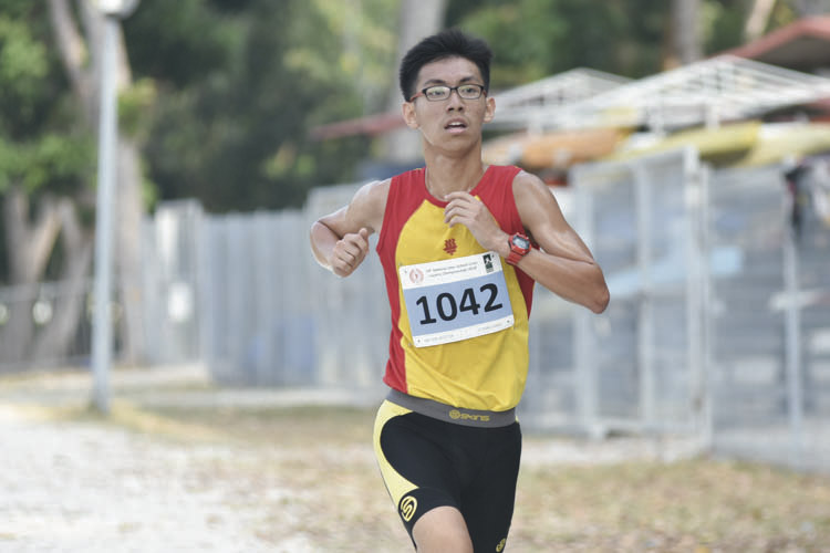 Lai Ziqing George (#1042) of Hwa Chong Institution came in eighth with a timing of 17:10 in the A Division Boys. (Photo © Eileen Chew/Red Sports)