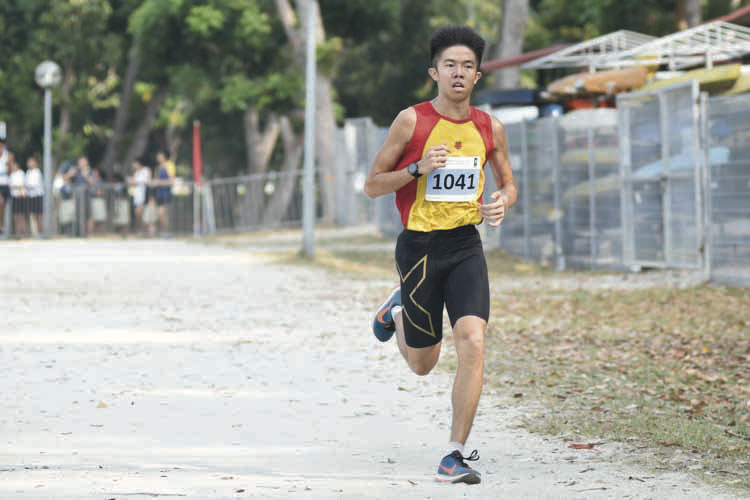 Ethan Yikai Yan (#1041) of Hwa Chong Institution came in fourth with a timing of 16:49 in the A Division Boys. (Photo © Eileen Chew/Red Sports)