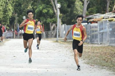 Fang Yiyang (#1037, on the left) of Hwa Chong Institution came in third with a timing of 16:47 in the A Division Boys. (Photo © Eileen Chew/Red Sports)