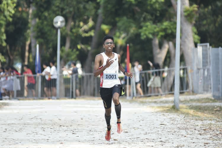 Ruben So Loganathan (#1001) of Anderson Junior College came in first with a timing of 16:28 in the A Division Boys. (Photo © Eileen Chew/Red Sports)