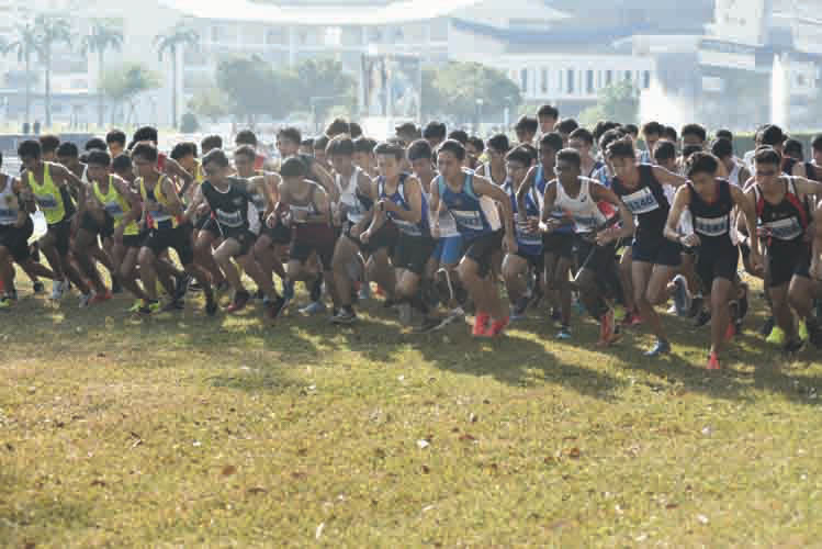 The A Division Boys kicking off the 2018 National Schools Cross Country race. (Photo © Eileen Chew/Red Sports)