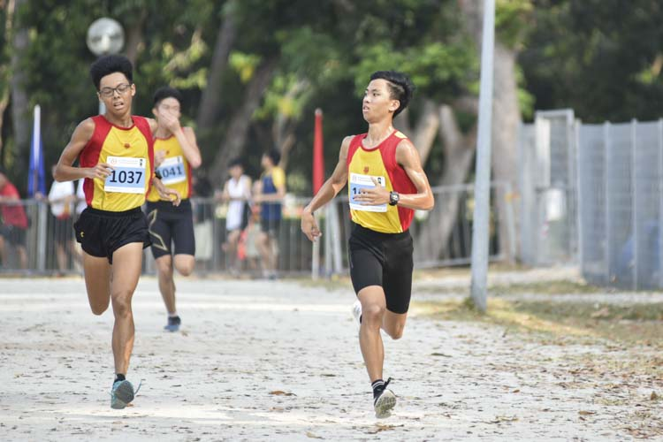 Dave Tung (#1043, on the right) of Hwa Chong Institution came in second with a timing of 16:46 in the A Division Boys. (Photo 1 © Eileen Chew/Red Sports)