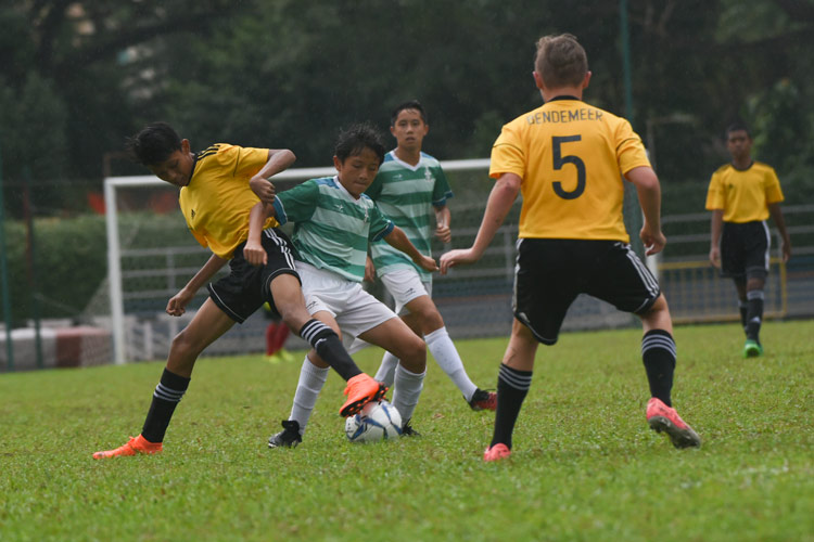 Lim Kai Pin (SJI #4) jostling for possession. (Photo © Stefanus Ian/Red Sports)