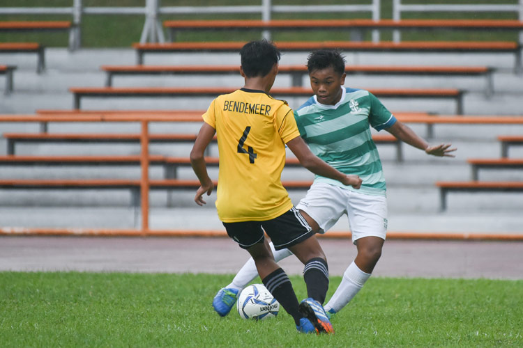 Muhammad Naufal (SJI #4) dribbling the ball towards the penalty box. (Photo © Stefanus Ian/Red Sports)