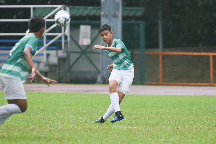 A SJI player playing a long ball forward. (Photo © Stefanus Ian/Red Sports)