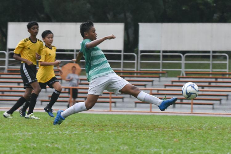 Muhammad Naufal (SJI #4) reaching for the inside the penalty box. (Photo © Stefanus Ian/Red Sports)