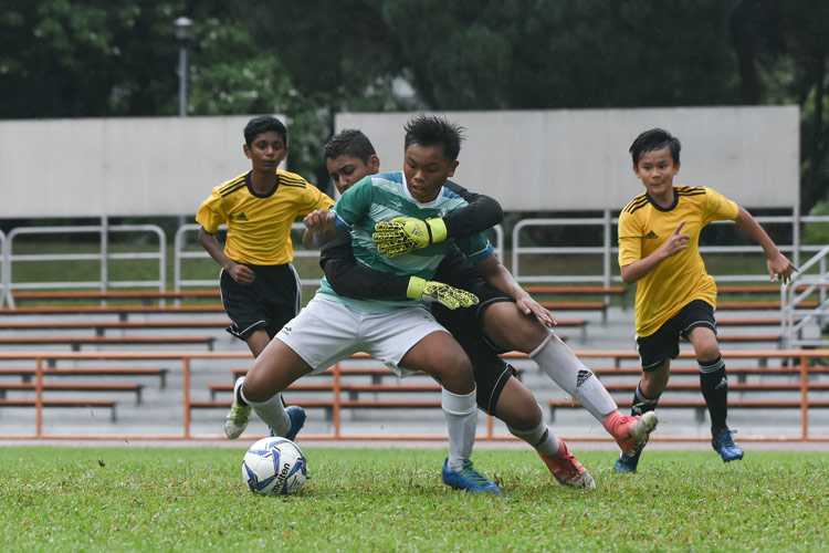 Muhammad Naufal (SJI #4) protecting the ball inside the penalty box. (Photo 1 © Stefanus Ian/Red Sports)