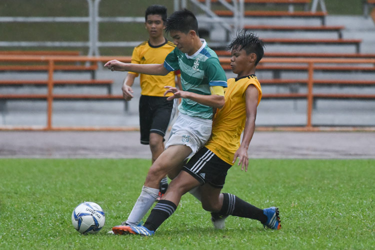 SJI captain Dylan Choo (SJI #7) shrugging off the challenge from his defender. (Photo © Stefanus Ian/Red Sports)