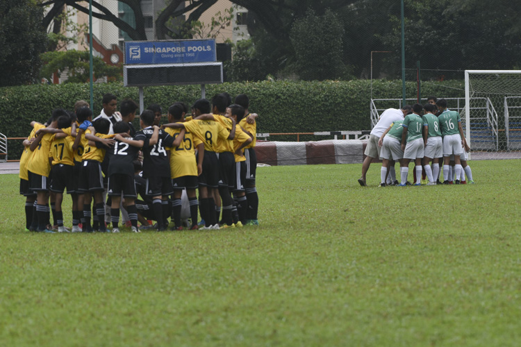 SJI and Bendemeer huddling together before the match. (Photo © Stefanus Ian/Red Sports)