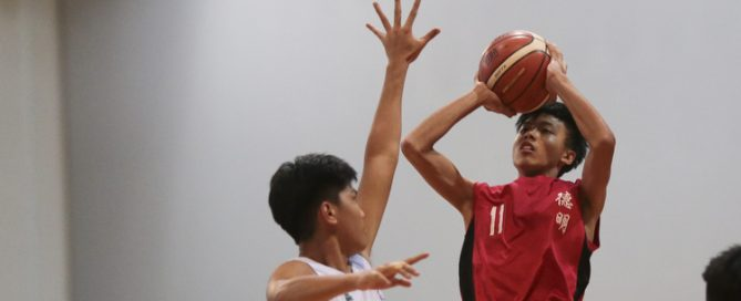 Moses Peh (#11) of Dunman Secondary shoots against Yeo Yuan Jun (#33) of Christ Church Secondary. (Photo © Lee Jian Wei/Red Sports)