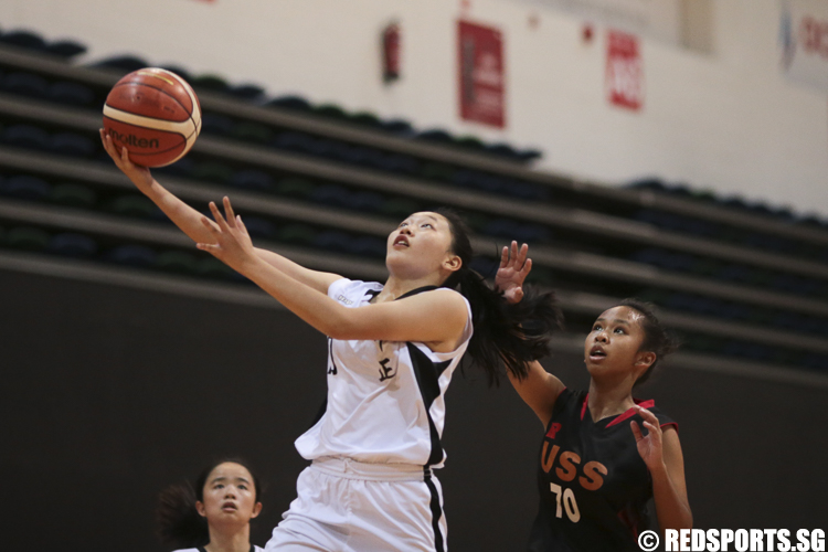 (#35) of Unity Secondary drives against Lin Ying Xin (#8) of Chung Cheng High (Main). (Photo © Lee Jian Wei/Red Sports)