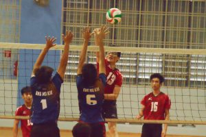 Kevion Khoo (PHS #13) spikes over the AMK blockers. (Photo 11 © REDintern Nathiyaah Sakthimogan)