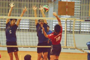 Boo Bing Xun (AMK #5) and Tristan Ho (AMK #7) get the block. (Photo 13 © REDintern Nathiyaah Sakthimogan)