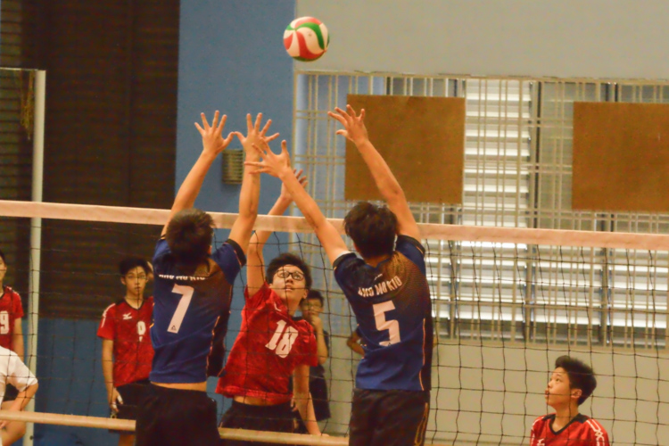 Winston Hwang (PHS #18) attempts to tap it over the AMK blockers. (Photo 1 © REDintern Nathiyaah Sakthimogan)