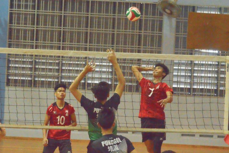 Zulfadli (SQS #7) prepares to spike over the blocker. (Photo 10 © REDintern Nathiyaah Sakthimogan)