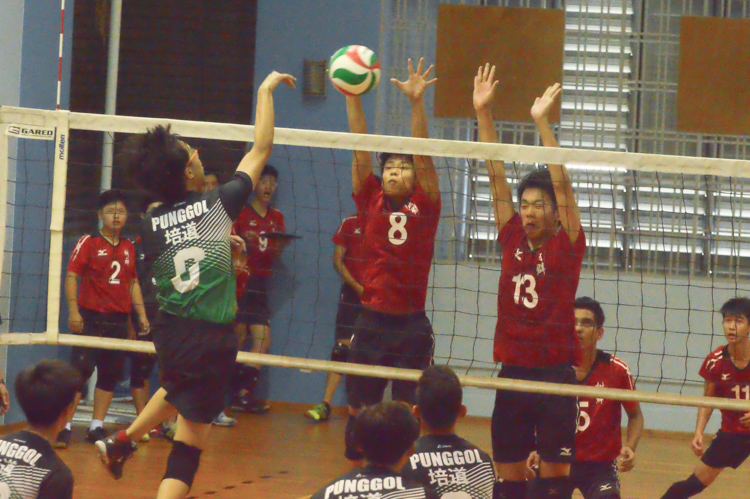 Cedric (SQS #8) and Xu Yi (SQS #13) get the block. (Photo 12 © REDintern Nathiyaah Sakthimogan)
