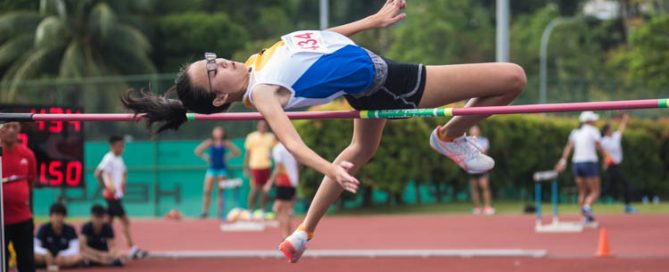 Hu Tianqi (#434) of Nanyang Girls' High School makes a leap. (Photo 1 © Lee Yu En/Red Sports)