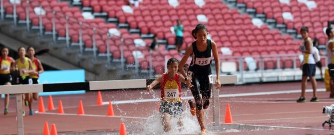 Elaine Quah (#128) of Raffles Institution in action as she leads the pack. She clocked 8:02.92 to clinch gold with a timing of 8:02.92. (Photo © Chan Hua Zheng/Red Sports)