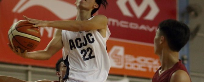 Barnabas Sng (ACJC #22) drives through the lane on his way to an 11-point performance, (Photo 2 © Dylan Chua/Red Sports)