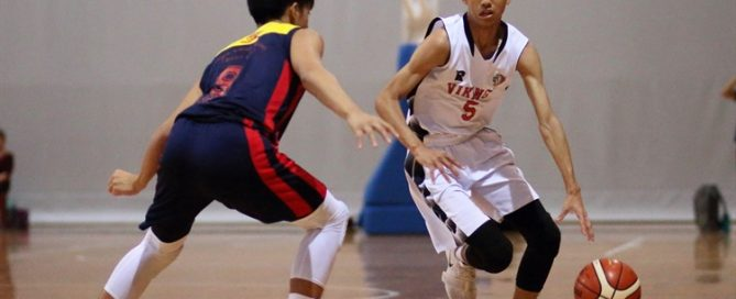 Sim Yi (NV #5) attacks his defender on a drive to the hoop.(Photo 3 © Dylan Chua/Red Sports)