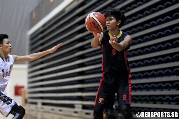 Khant Zay Naing (ACSB #8) passes the ball into the low post. (Photo 10 © Dylan Chua/Red Sports)