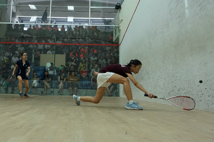 Rachel Tan (right) of SCGS leans in to receive the ball from Jewel Tan (left) of MGS. (Photo 9 © REDintern Pang Chin Yee)