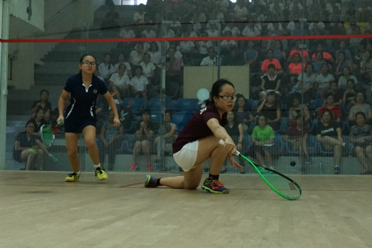 Lim Yu Xuan (right) of SCGS receiving the ball from Michelle Lai (left) of MGS. (Photo 5 © REDintern Pang Chin Yee)