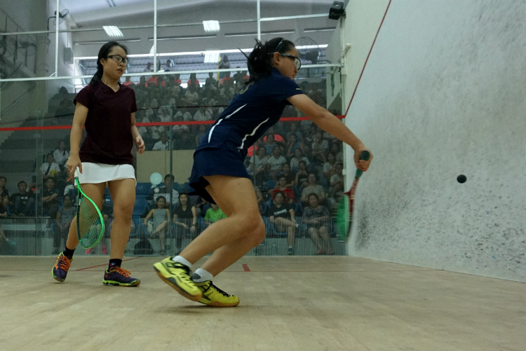 Michelle Lai (right) of MGS returning a shot from Lim Yu Xuan (left) of SCGS. (Photo 6 © REDintern Pang Chin Yee)