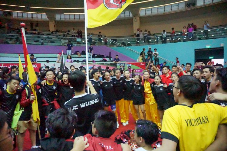 VJC and Victoria School huddling for a celebratory cheer. (Photo 4 © REDintern Pang Chin Yee)