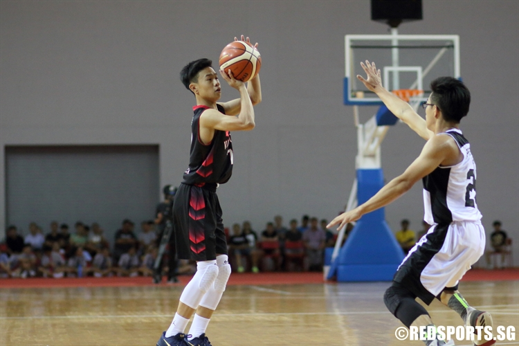 Amos Tai (NV #7) pulls up for three over the defense. (Photo © Chan Hua Zheng/Red Sports)