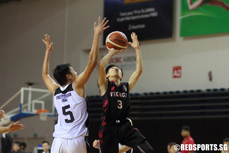 Chan Qi Feng (NV #3) rises for a lay-up over the defense in transition. (Photo © Chan Hua Zheng/Red Sports)