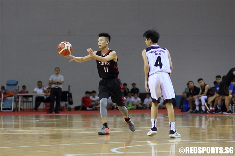 Justen Chiam (NV #11) snaps a pass to an open teammate. (Photo © Chan Hua Zheng/Red Sports)