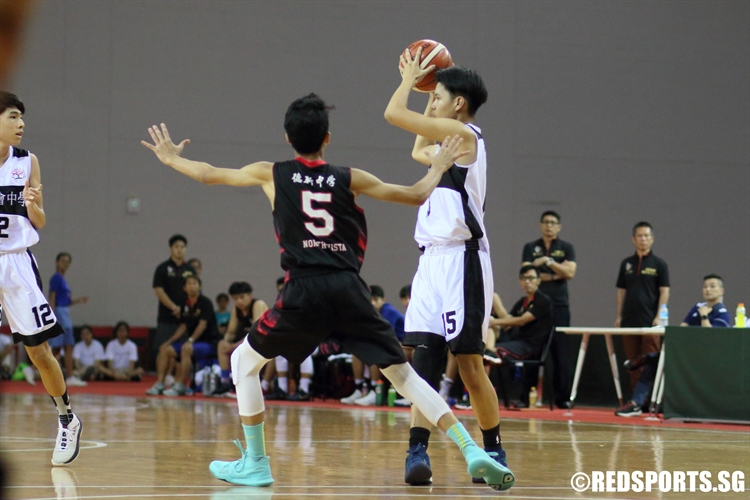 Jaron Ng (PHS #15) looks to pass to an open teammate. (Photo © Chan Hua Zheng/Red Sports)