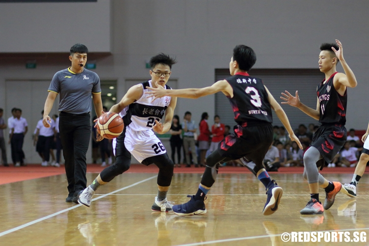 Aaron Chaw (PHS #26) on a baseline drive against the defense. He finished the game with 11 points. (Photo © Chan Hua Zheng/Red Sports)
