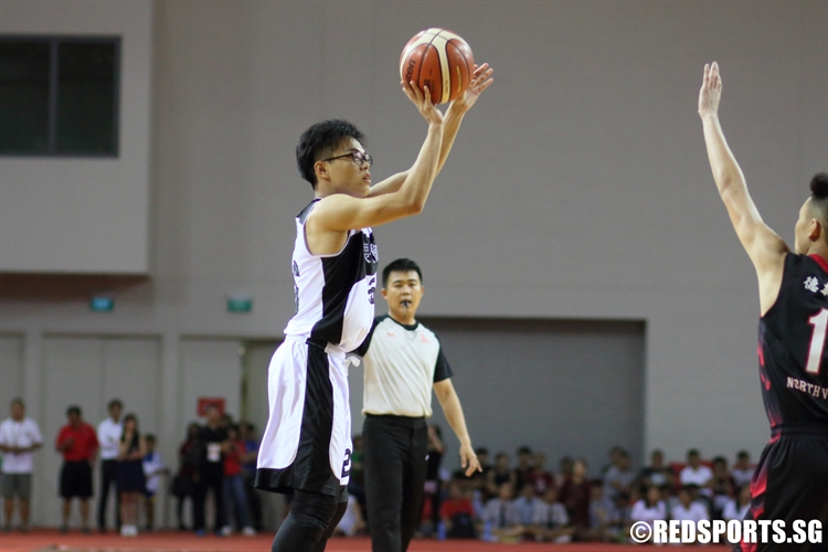 Aaron Chaw (PHS #26) pulls up for a corner three. (Photo © Chan Hua Zheng/Red Sports)