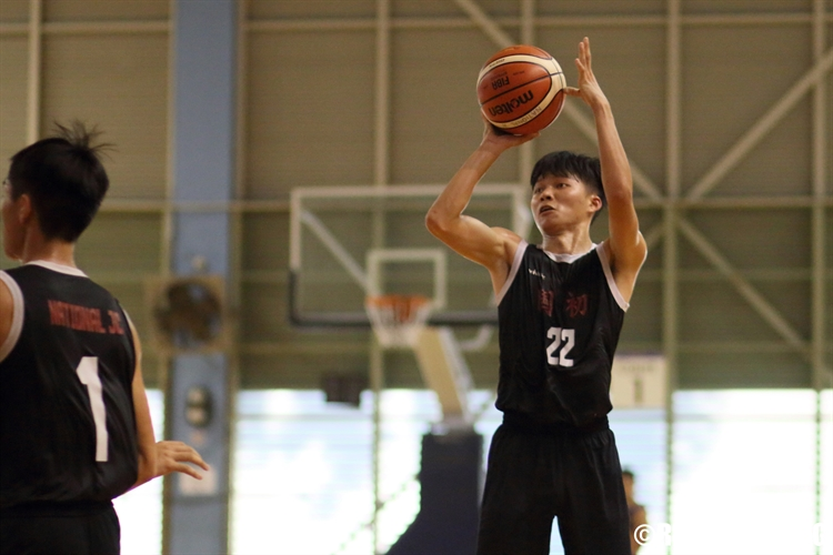 Huang Yi Fan (NJC #22) pulls up for a three-pointer. (Photo 6 © Dylan Chua/Red Sports)