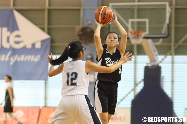 Cheryl Lee (VJC #9) looks for an entry pass. (Photo 3 © Dylan Chua/Red Sports)