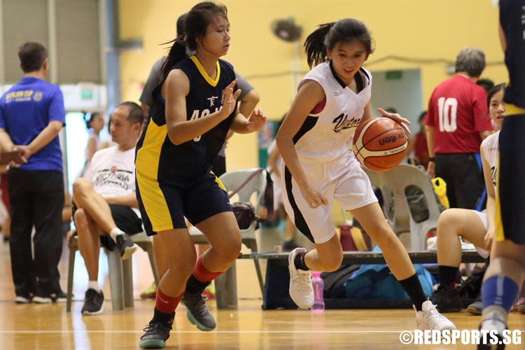 Ong Sze Yan (VJC #7) drives baseline against her defender. She finished with a game-high 22 points. (Photo  © Chan Hua Zheng/Red Sports)