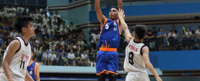 Ram Sunda Putra (AJC #25) pulls up for three over the defense. He tallied 16 points and bagged the MVP award in the victory. (Photo © Chan Hua Zheng/Red Sports)