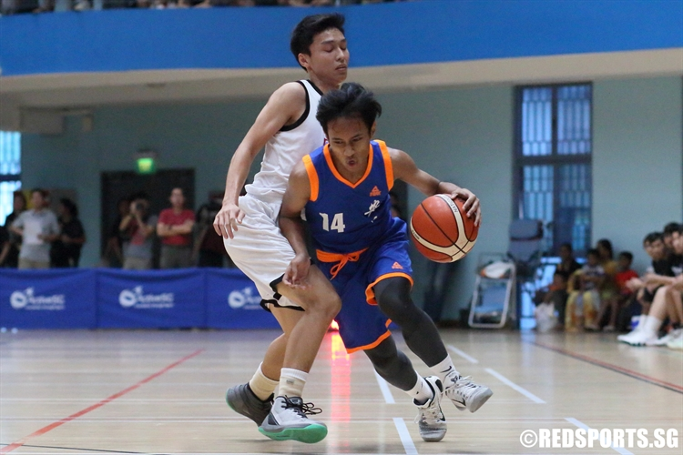 Mohamad Hilman (AJC #14) slashes past his defender as he drives to the hoop. (Photo © Chan Hua Zheng/Red Sports)