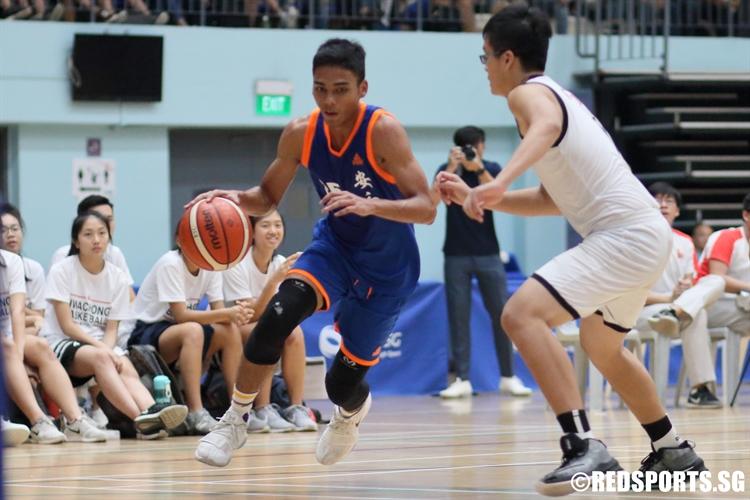 Ram Sunda Putra (AJC #25) blows by his defender as he drives baseline. (Photo © Chan Hua Zheng/Red Sports)