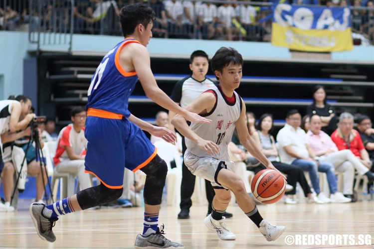 Ian Tay (NJC #10) blows by his defender on a drive to the hoop. (Photo © Chan Hua Zheng/Red Sports)