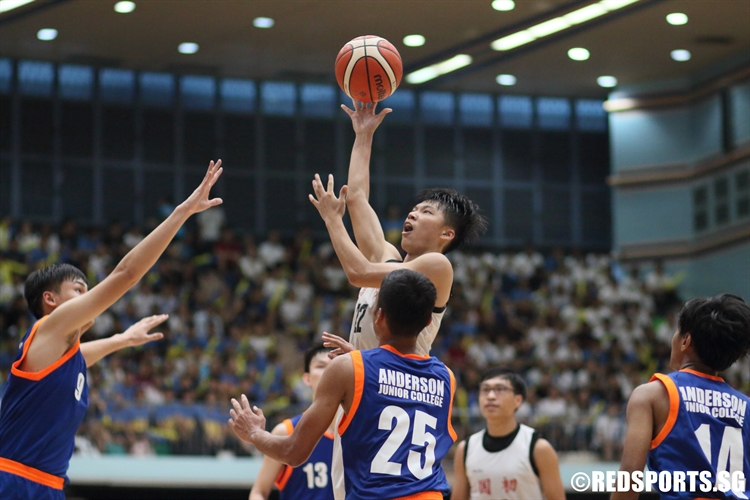 Huang Yi Fan (NJC #22) elevates over the defense for a lay-up. He put up a valiant game-high 25 points in the loss. (Photo © Chan Hua Zheng/Red Sports)