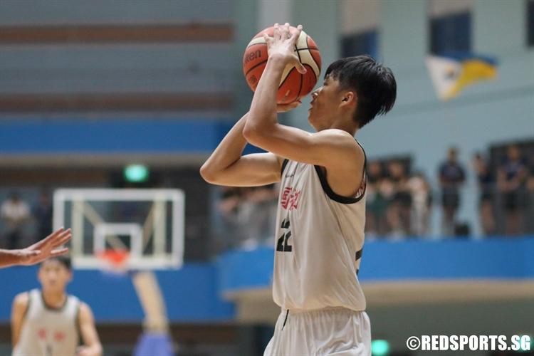 Huang Yi Fan (NJC #22) pulls up for a corner three. (Photo © Chan Hua Zheng/Red Sports)