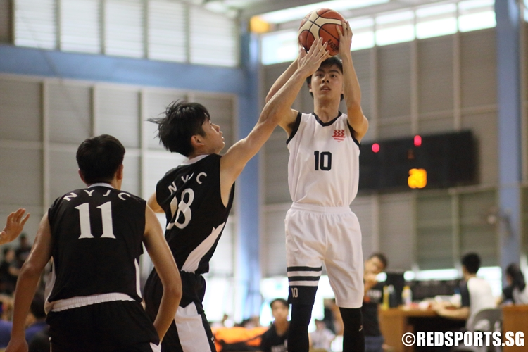 Wei Yong Xi (HCI #10) pulls up for a jumper over the defense. (Photo  © Chan Hua Zheng/Red Sports)