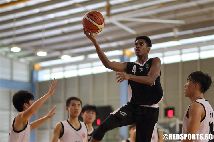 Avinesh (NYJC #4) goes for a lay-up over the defense. (Photo  © Chan Hua Zheng/Red Sports)