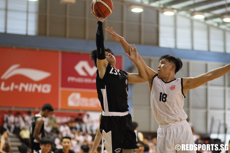 Nixon Ng (NYJC #23) takes a floater over his defender. (Photo  © Chan Hua Zheng/Red Sports)