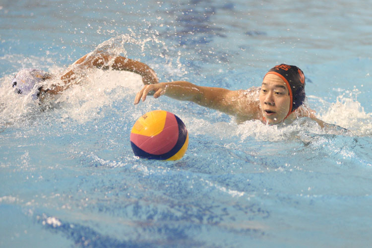 Eldon Ng (NUS #9) swimming over to get the ball during the match. (Photo 1 © Stefanus Ian/Red Sports)