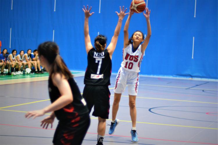 Chok Xin Yan attempting a shot during the match. (Photo  © Low Zheng Yu/Red Sports)